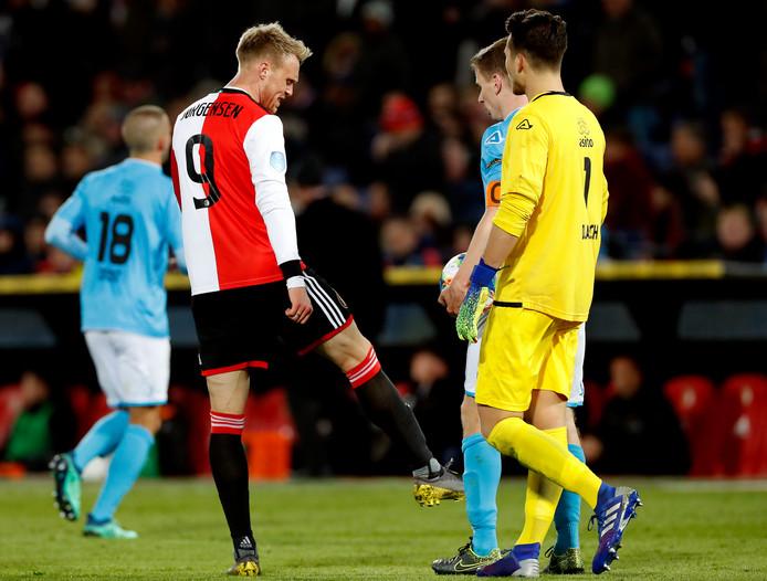 Nicolai Jørgensen doet voor hoe hij een schopje uitdeelde dat hem de rode kaart opleverde.