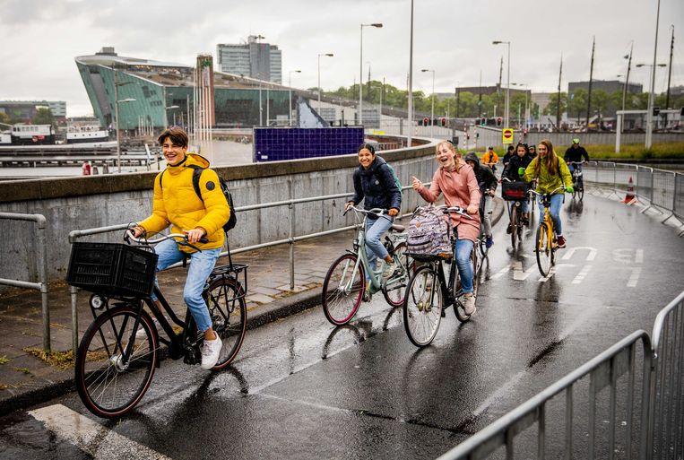 Dinsdag kon er door de IJtunnel in Amsterdam worden gefietst. De pont vaarde niet vanwege de landelijke ov-staking. Beeld EPA