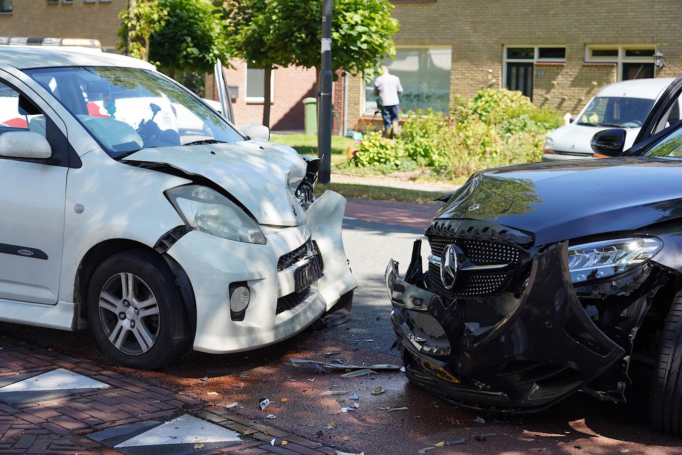 Vrouw gewond bij frontale botsing in Nieuwendijk.