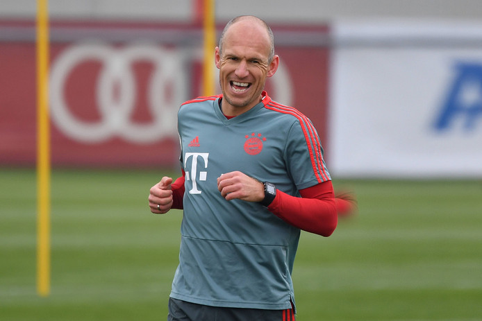 Arjen Robben werkt op het trainingsveld aan zijn herstel.