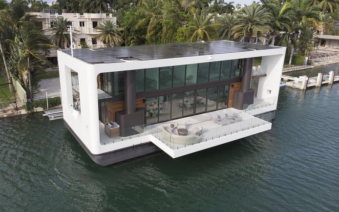 De drijvende villa in Miami van boven. Het dak ligt vol met zonnepanelen.
