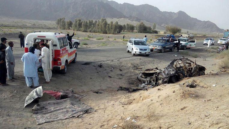 Rechts in beeld het autowrak van het voertuig waarin Mansour gezeten zou hebben ten tijde van de aanval. Beeld ap