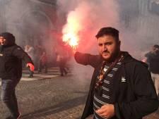 IN BEELD.  Grimmige sfeer in Brugge door voetzoekers en Bengaals vuurwerk van Turkse supporters