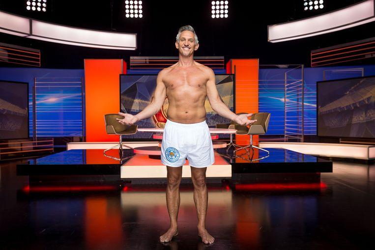 Gary Lineker presenteerde Match of the Day in zijn boxershort op de BBC. De omroep ligt nu onder vuur voor het hoge salaris van deze presentator; ruim 2 miljoen euro per jaar.  Beeld BBC