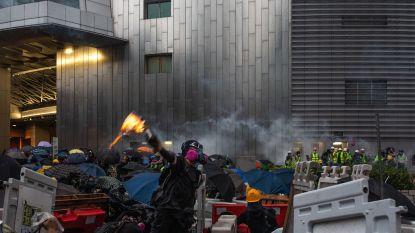 Tienduizenden mensen op straat in Hongkong ondanks protestverbod, politie raakt slaags en zet opnieuw traangas in
