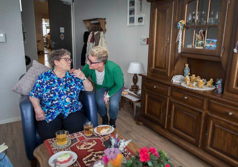 Uitzonderlijk Ouderen in verpleeghuis zijn eenzaam: 'Een goede borrel kun je wel  #OB97