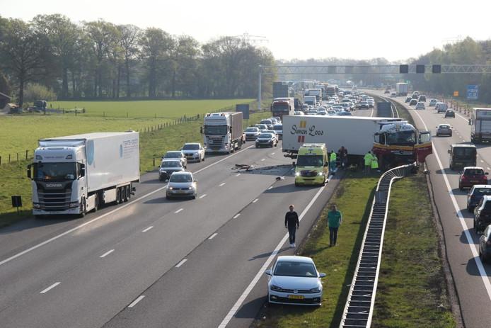 Een van de vrachtwagens boorde zich in de middenvangrail van de A1.