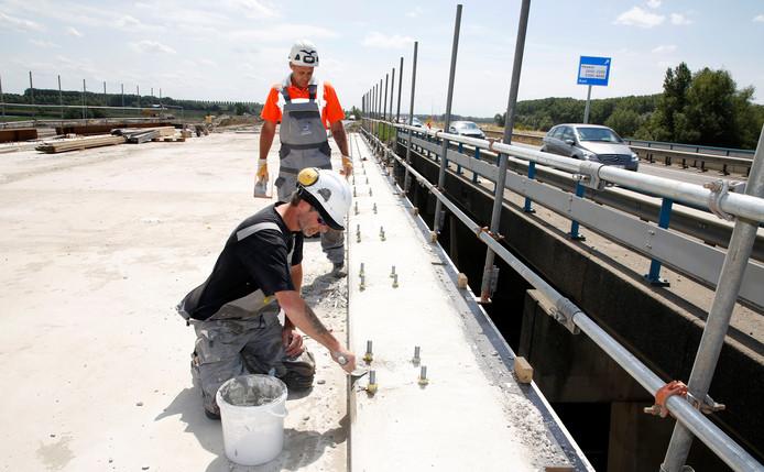 Werkzaamheden aan het viaduct bij Axelse Sassing, archieffoto.