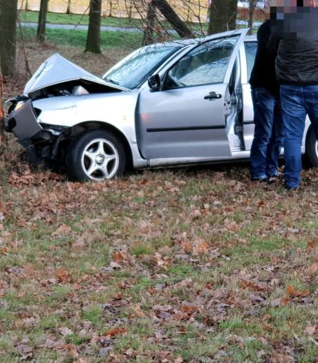 Auto vliegt uit de bocht bij afrit Hengelo-Zuid, bestuurder gewond