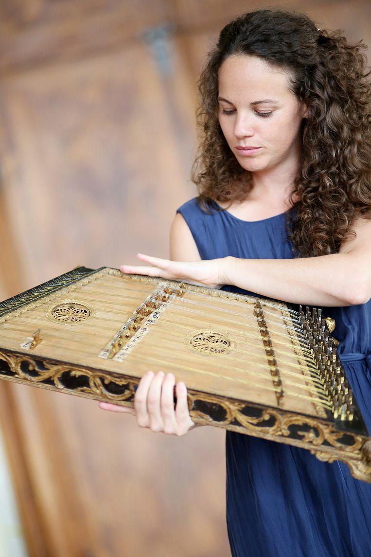 Franziska Fleischanderl van Il Dolce Conforto met haar psalterium. Beeld Reinhard Winkler