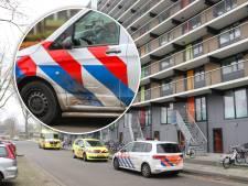 Politiebusje op weg naar reanimatie van baby botst op auto in Apeldoorn
