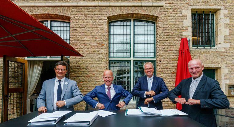 In Middelburg tekenden de Vlissingse burgemeester Bas van den Tillaar, staatssecretaris Raymond Knops (Binnenlandse Zaken), Commissaris van de Koning Han Polman en dijkgraaf Toine Poppelaars het akkoord over het compensatiepakket. Beeld ANP/Marco de Swart