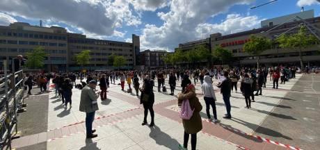 Honderden demonstranten tegen racisme op Stadhuisplein in Eindhoven: 'Kom niet, het is vol'