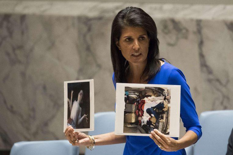 De Amerikaanse ambassadeur bij de VN, Nikki Haley, toont in de Veiligheidsraad beelden van slachtoffers van de gifgasaanval. Beeld AFP