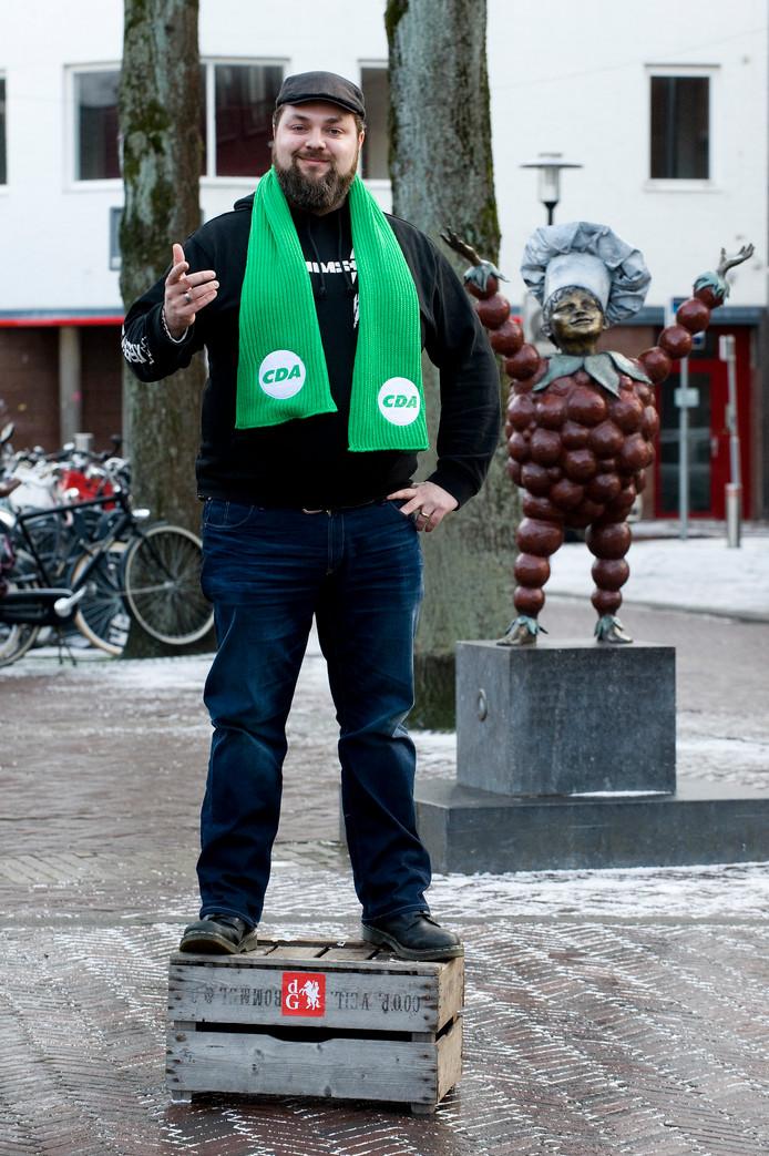 Bart van den Berg namens CDA Tiel op  het stemkistje.
