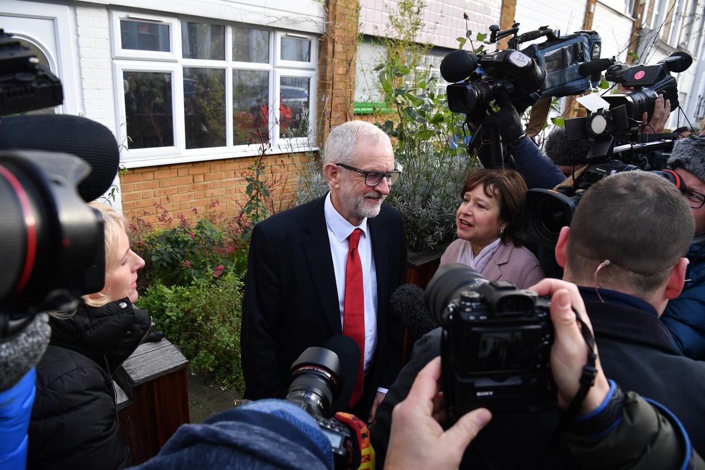 Labour-leider Jeremy Corbyn buiten zijn huis in Londen vrijdag. Zijn partij behaalde donderdag in de parlementsverkiezingen het slechtste resulaat in 84 jaar. Beeld Getty Images