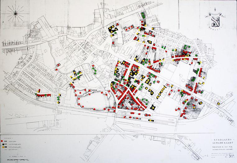 De binnenstad van Hengelo na de bombardementen in 1944. De rode panden zijn verwoest, de groen zwaar beschadigd en de gele licht beschadigd. Beeld TRBEELD