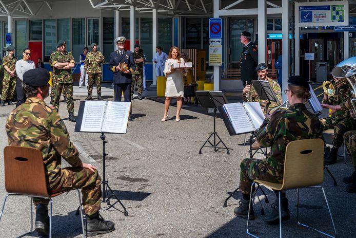 Fanfare van de Koninklijke Landmacht brengt een aubade aan het verzorgend personeel van het UMC Utrecht.