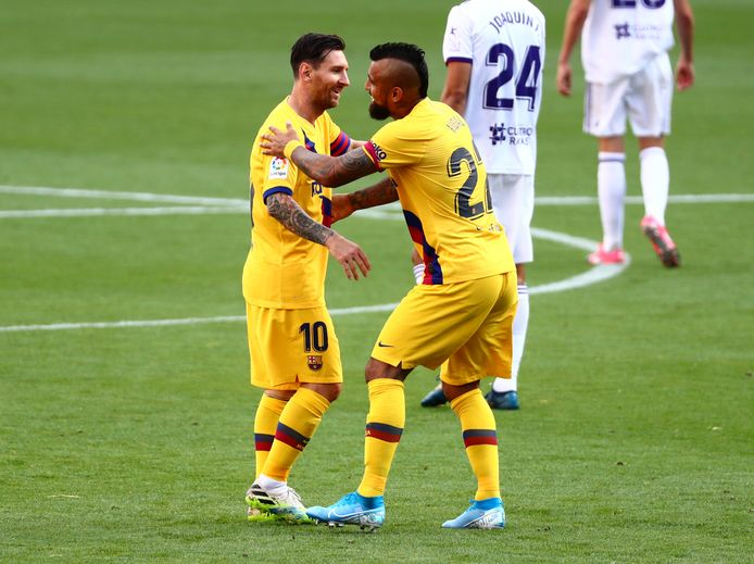 Messi (l) en Vidal vieren feest na de 0-1.