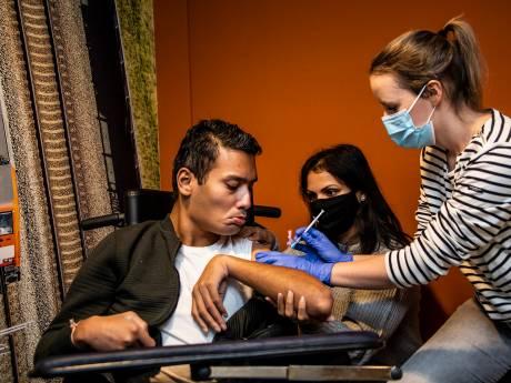 Virendra en Sanne kregen als eerste bewoners van Het Westerhonk het coronavaccin