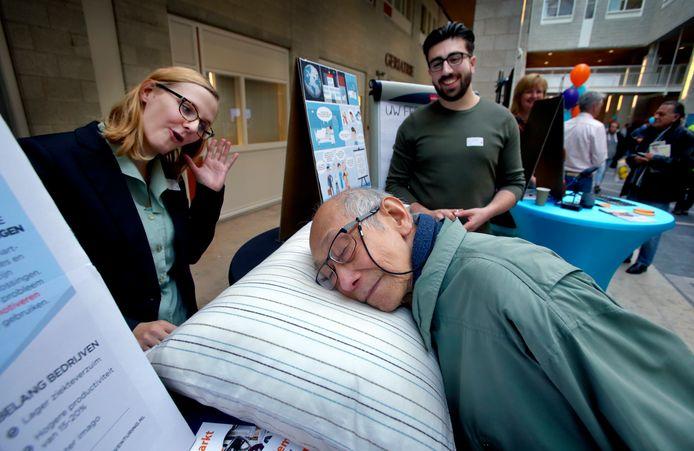 Het droomkussen laat piekeraars makkelijker in slaap vallen door rustgevende geluiden te maken.