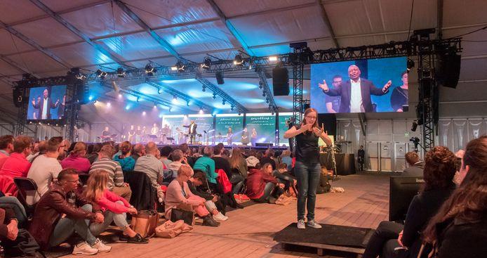 Edgar Holder sprak tijdens 2018 over 'De school van de Heilige Geest'. Zijn verhaal werd vertolkt door een doventolk.