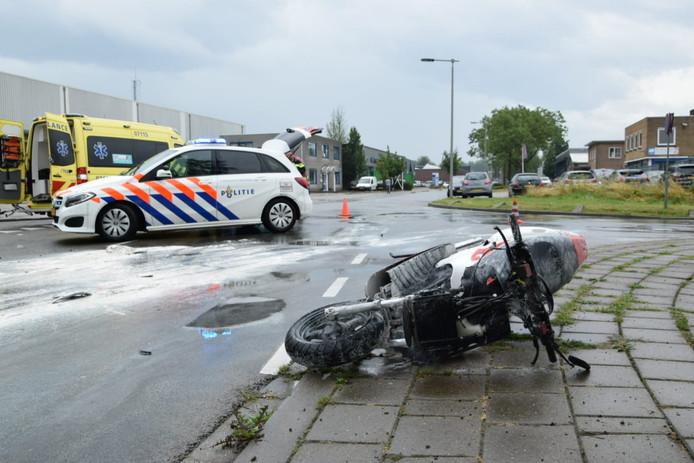 Door het ongeval kwam er gips verspreid over de weg te liggen