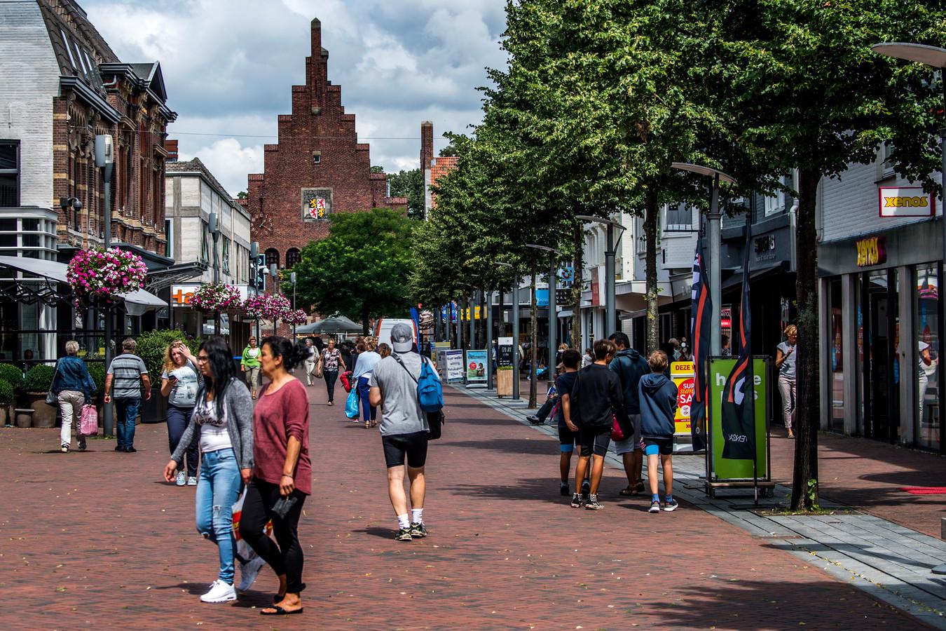 Het aantal passanten in Waalwijk is de laatste jaren drastisch verminderd. Die mensen moeten terug, benadrukt strateeg Tony Wijntuin.
