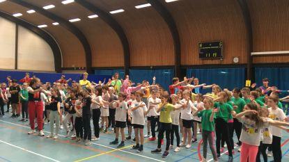 220 kinderen sporten met de 'spelcarrousel' in sporthal Molenberg