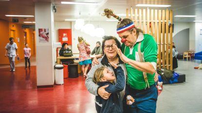 Jarige Cliniclowns verrassen bezoekers kinderziekenhuis met geschenkje