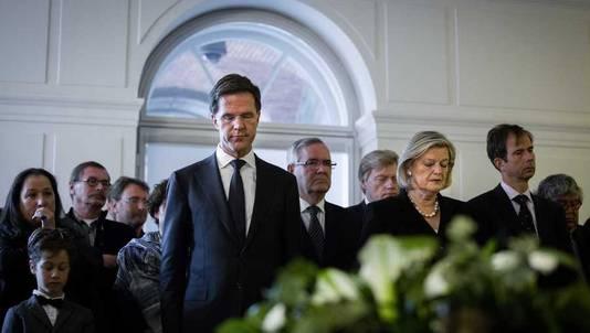Premier Mark Rutte en de Voorzitter van de Eerste Kamer, Ankie Broekers-Knol (R) tijdens de herdenking bij het nationaal monument Erelijst van Gevallenen in de Tweede Kamer.