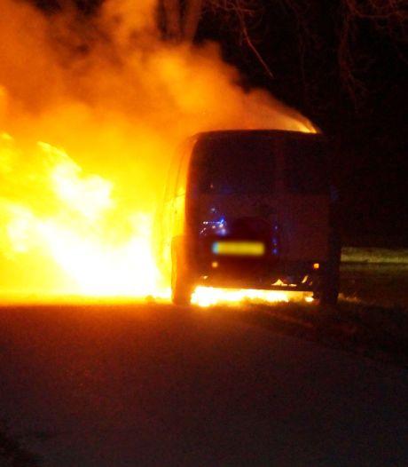 Gestolen busje in vlammen op in Elshout na inbraak in woning in Tilburg