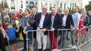 Burgemeester Jack Mikkers van Den Bosch, wethouder Huib van Olden en de Brabantse gedeputeerde Marianne van der Sloot (links van Mikkers) staan klaar voor een ritje in de volgauto tijdens de slotetappe van de Vuelta in Madrid.