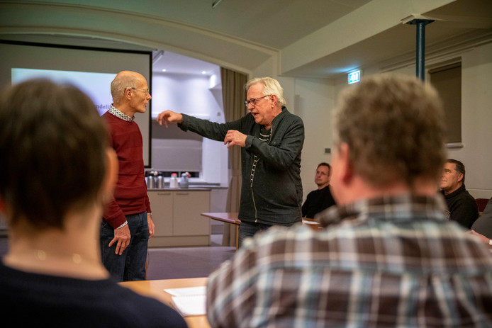 Hans van Perge (r) oefent een rollenspel met een van de deelnemers Paul de Milliano (l).