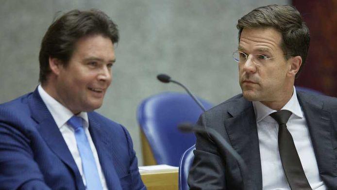 Premier Mark Rutte (R) en staatssecretaris Frans Weekers van Financien tijdens het debat over de Europese top op 22 mei in Brussel.