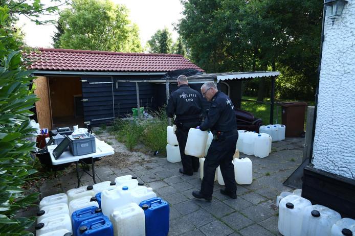 De politie ruimt de chemicaliën waarmee drugs werden gemaakt op.
