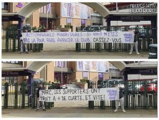 """Supportersvereniging Mauves Army voert protest aan stadion RSCA: """"Als jullie hier niet zijn om de club vooruit te helpen, ga dan weg"""""""
