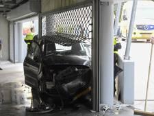 Bizar ongeluk in Tilburg: auto belandt onder hekwerk in parkeergarage