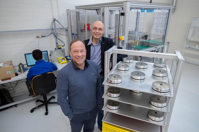 Marc Teeuwen (l) en Martijn Leskens van Goudsmit Magnetics bij een rek met magneten.