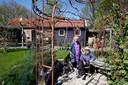 In de tuin stonden houten tuinhuizen. Die heeft de familie laten staan.