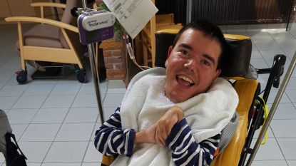 """Erwin (38) overlijdt na gloeiend heet bad omdat verzorgster (36) vergat de temperatuur te meten: """"Zijn gelukkig leven eindigde met een lijdensweg"""""""