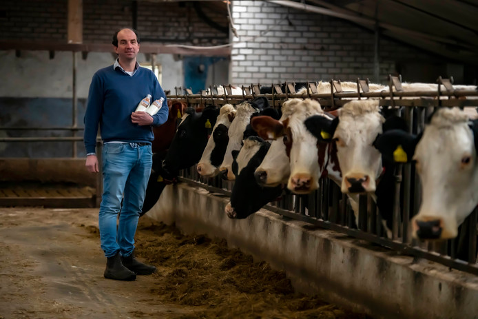 Melkveehouder Guus van Roessel produceert zijn eigen merk 'Mijn Melk'.