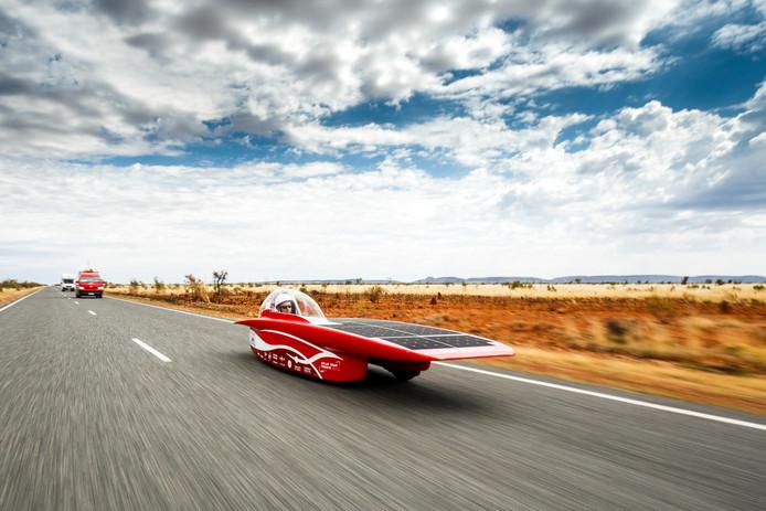De Twentse zonne-auto rijdt onder een wolkendek door het Australische landschap - Foto: Jérôme Wassenaar