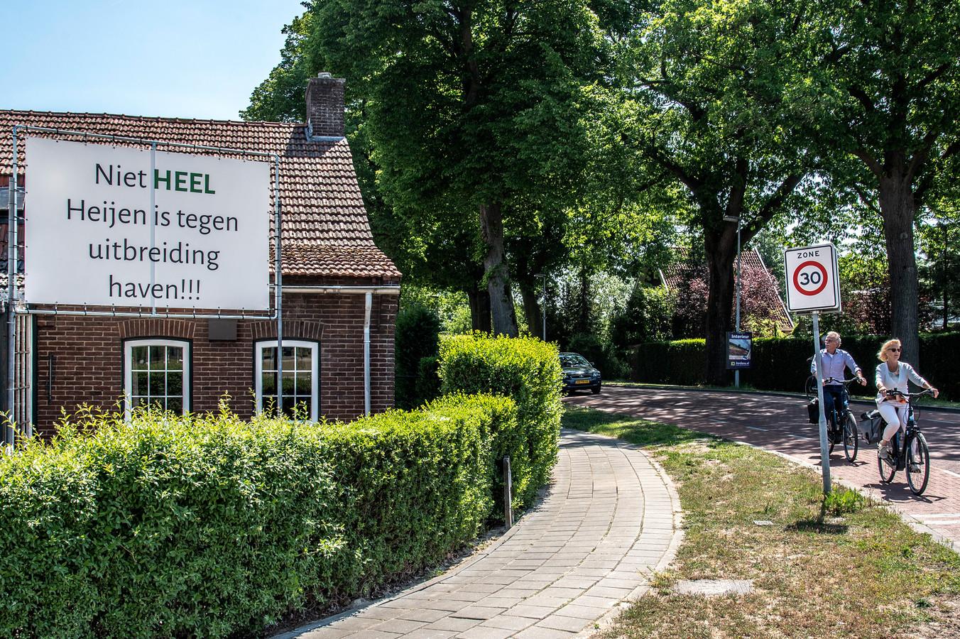 In Heijen zie je verschillende spandoeken over de uitbreiding van de haven: 'niet tegen'...