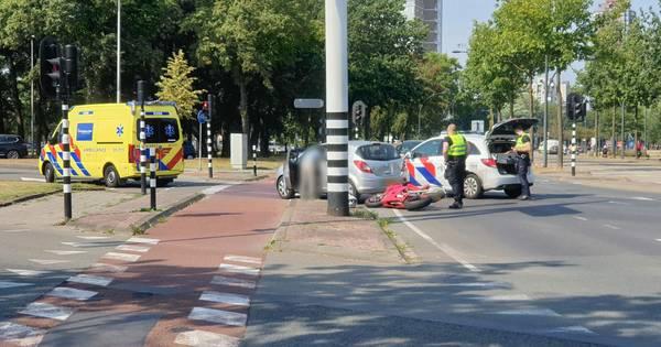 Motorrijder gewond na aanrijding op kruising in Enschede.