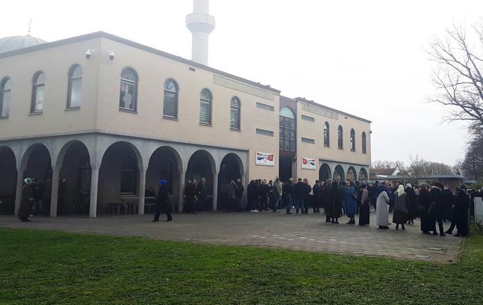 Bij de Centrum Moskee in Deventer zijn veel mensen, maar is geen opvallende bewaking te zien.