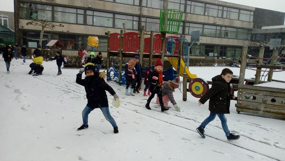 In verschillende scholen, zoals basisschool Sprinkhaantje in Buggenhout, kregen kinderen de kans om te genieten van sneeuwpret.