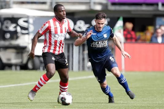 Lassana Faye in duel met Guus Joppen van NEC (rechts).