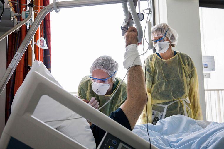 De corona-afdeling in het Rotterdamse IKAZIA-ziekenhuis. Het aantal ziekenhuisopnamen vertoont nog steeds een stijgende lijn. Beeld Arie Kievit / de Volkskrant