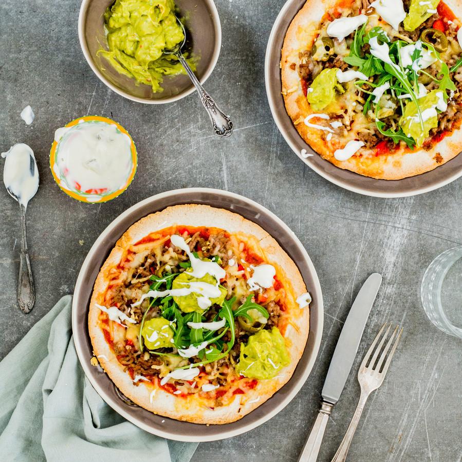 Tortillapizza met avocadocrème en gehakt